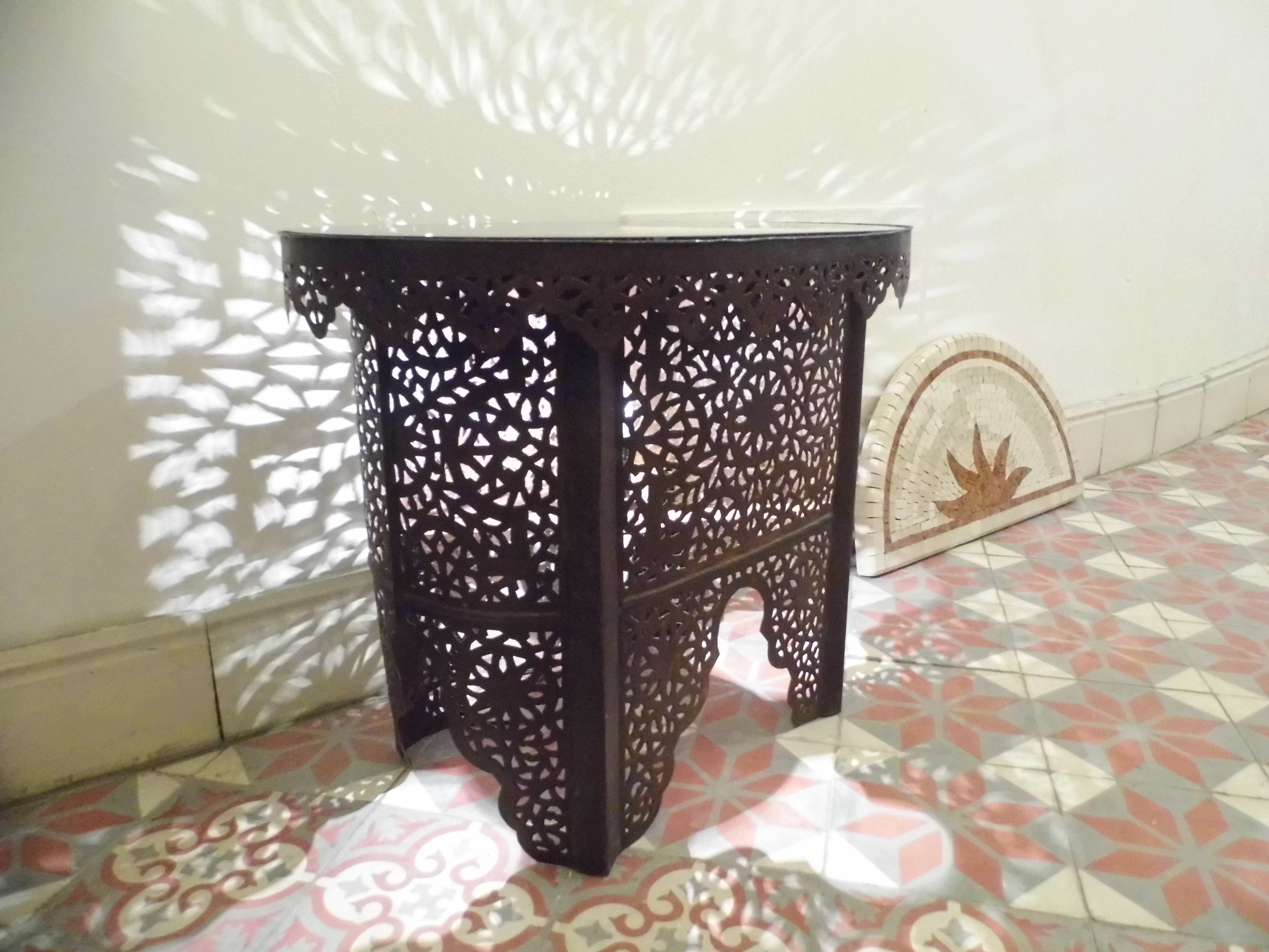 table marocaine ovale la fibule besan on. Black Bedroom Furniture Sets. Home Design Ideas